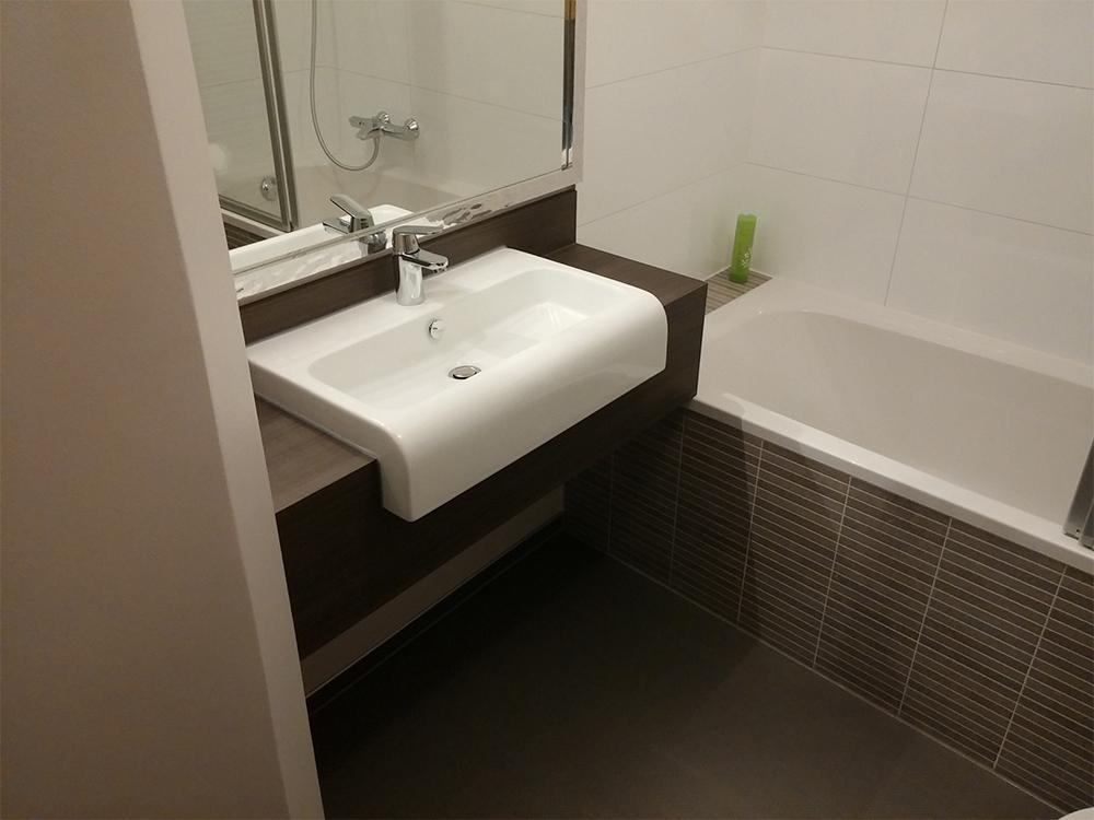 waschtisch mit aufgesetztem waschbecken eckventil. Black Bedroom Furniture Sets. Home Design Ideas